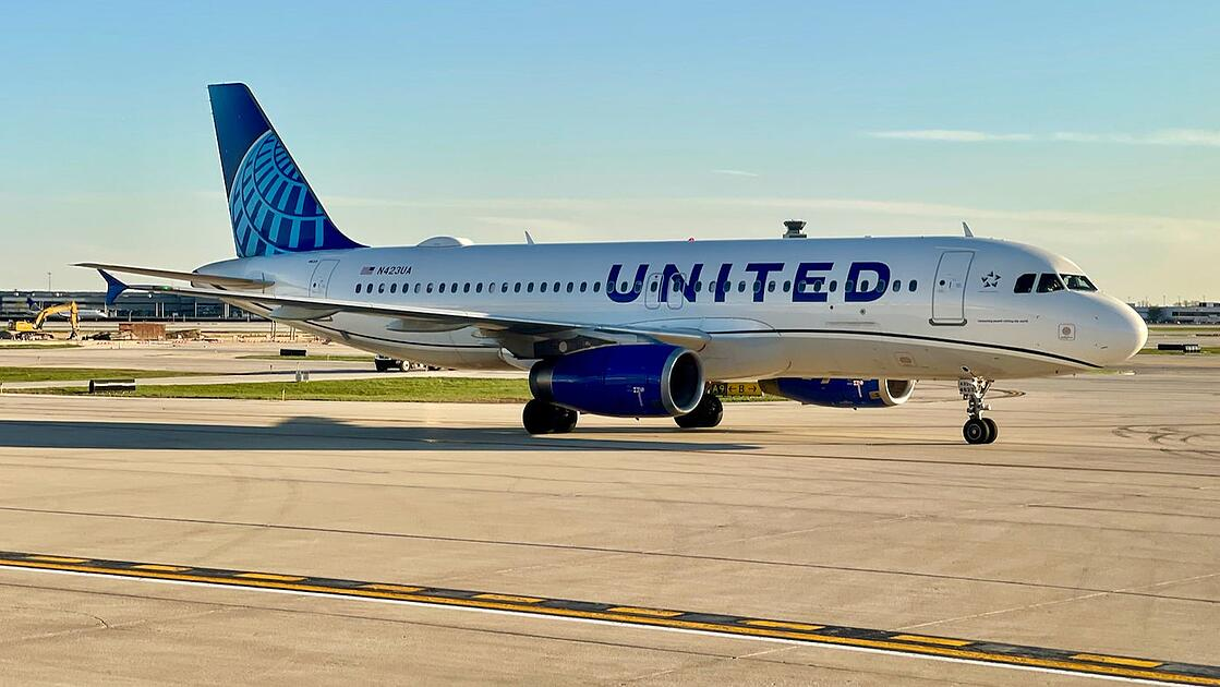 United-Airbus-A320-new-livery-Chicago-Zach-Griff